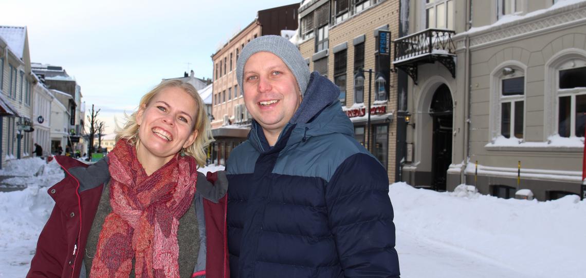 Ingunn Lyngset Holme og Johan Fredric Key Berntsen utenfor Kirkens Ungdomsprosjekts lokaler i Kristiansand sentrum. Foto: Siri L. Thorkildsen, RVTS Sør