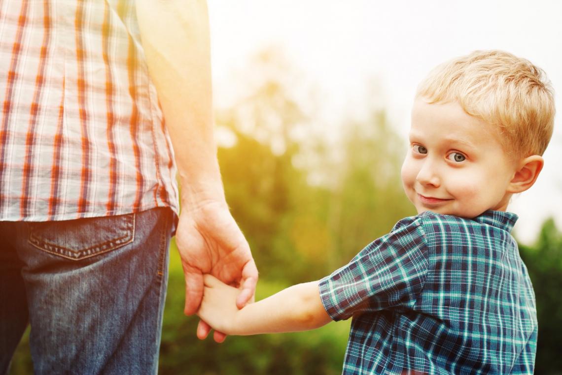 Relasjonen er viktig om vi skal kunne hjelpe barn og unge som sliter. Hjelperne må arbeide med seg selv, regulere egne følelser og formidle med hele seg at de ønsker å forstå barnest verden. Illustrasjonsfoto: Shutterstock